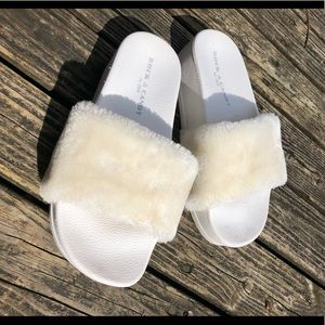 Fuzzy white thicc slippers
